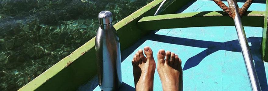 Gourde en inox sur une barque